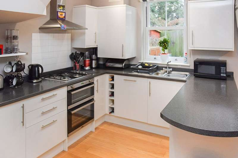 4 Bedrooms Terraced House for sale in Flanders Court, Dartford, DA1