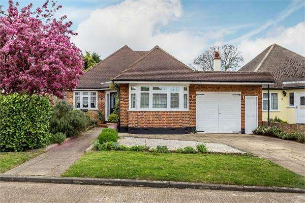 4 Bedrooms Chalet House for sale in Ringmore Road, WALTON-ON-THAMES, Surrey