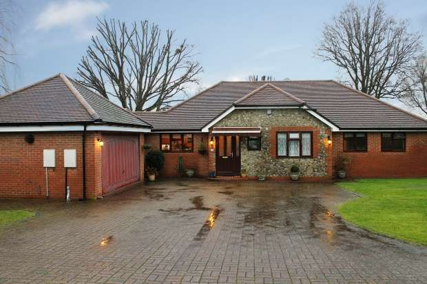 3 Bedrooms Bungalow for sale in Kennel Lane, Leatherhead, Surrey, KT22 9PQ