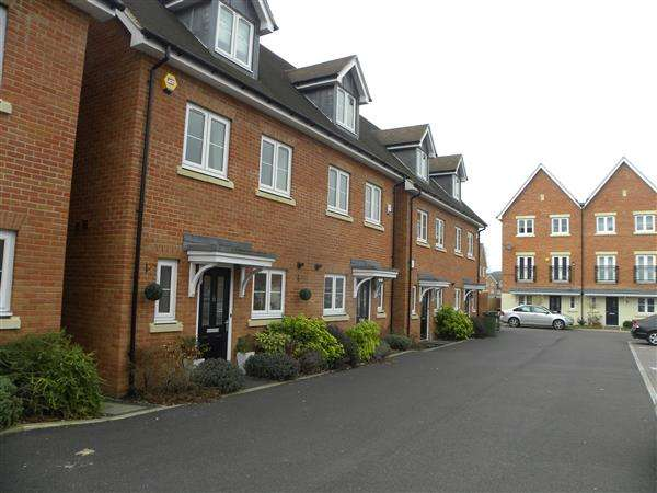 3 Bedrooms Town House for rent in Meyers Close, Slough