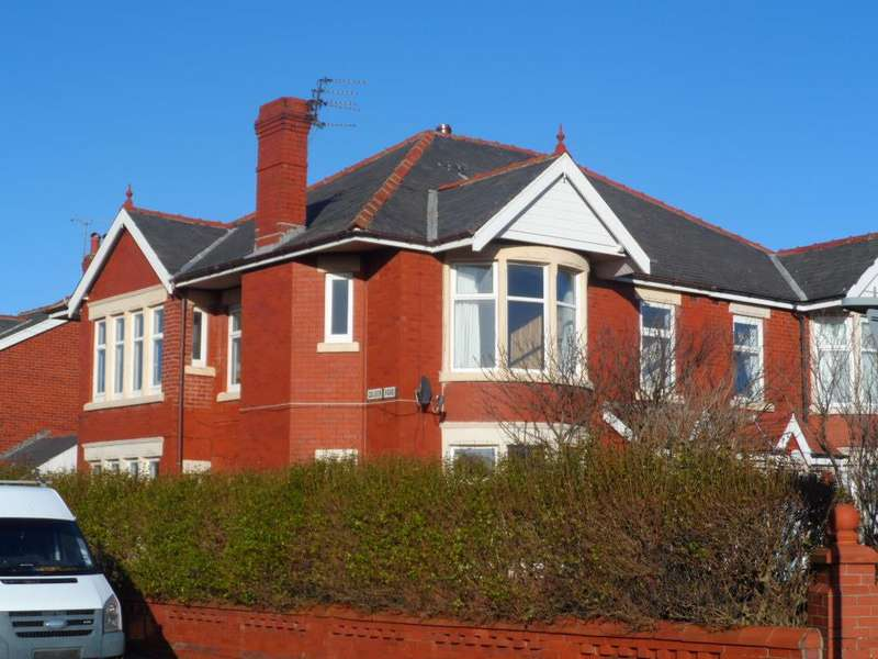 4 Bedrooms Semi Detached House for sale in Warbreck Hill Road, Blackpool, FY2 9UW