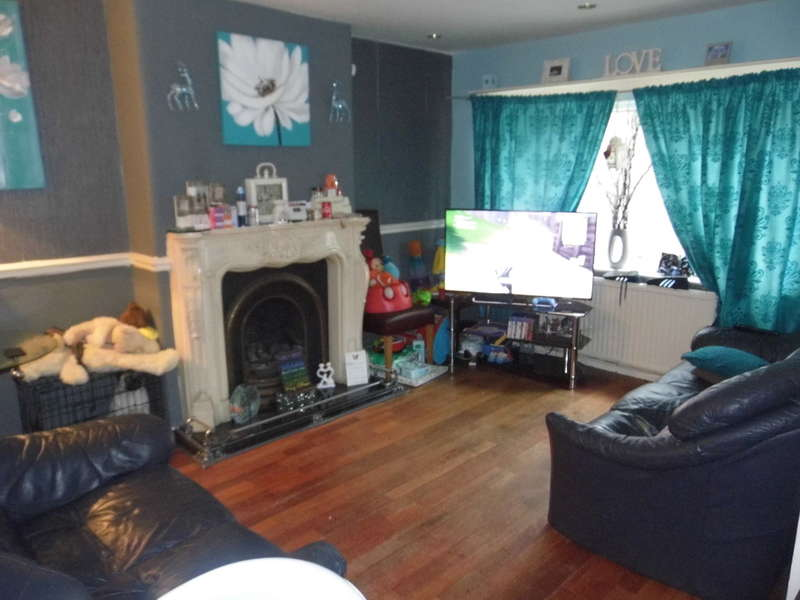 2 Bedrooms Maisonette Flat for sale in Clough Drive, Prestwich, M25