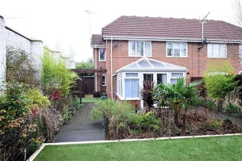 3 Bedrooms Semi Detached House for sale in Carpenters Close, Woodley, Reading