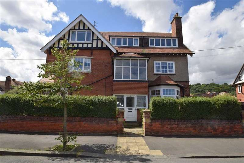 2 Bedrooms Flat for sale in Holbeck Hill, Scarborough, North Yorkshire, YO11