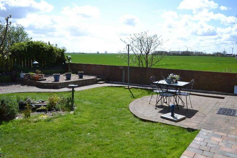 2 Bedrooms Detached Bungalow for sale in Eastoft Road, Luddington, North Lincolnshire, DN17