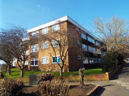 2 Bedrooms Flat for sale in Cranbrook Rise, Ilford, Essex