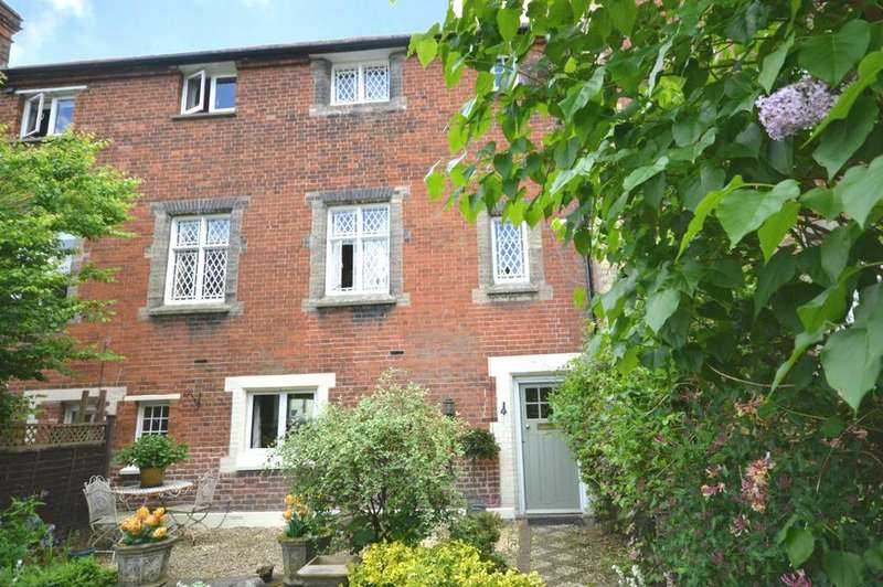 2 Bedrooms Cottage House for rent in The Close, Dunmow, Essex, CM6