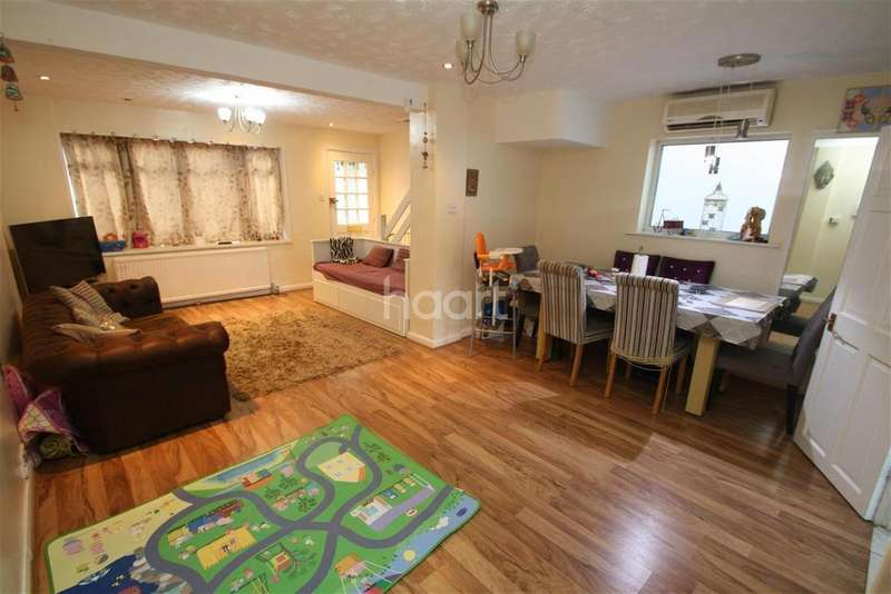 3 Bedrooms End Of Terrace House for rent in Dunton Road - Romford - RM1