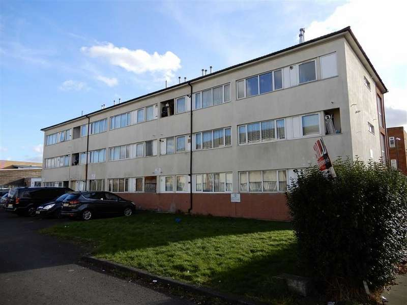 2 Bedrooms Apartment Flat for rent in Freshwater Court, Southall, Middlesex