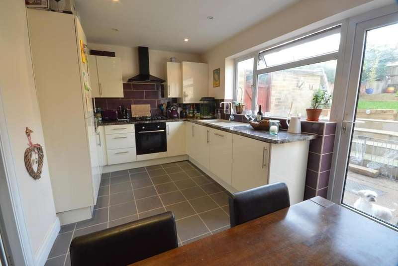 3 Bedrooms Terraced House for sale in Highfield Road, Collier Row, RM5