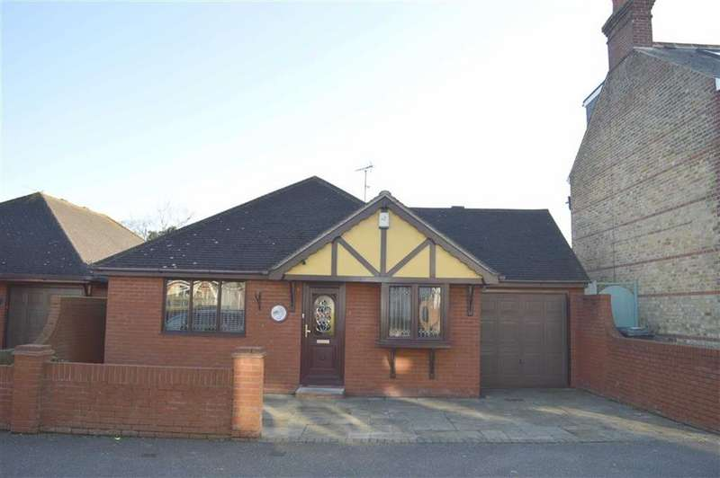3 Bedrooms Detached Bungalow for sale in Rocheway, Rochford, Essex