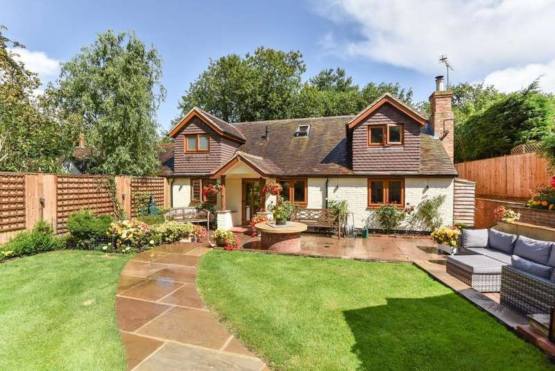 2 Bedrooms Cottage House for sale in CHOBHAM, SURREY, GU24