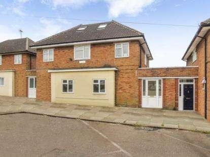 3 Bedrooms Flat for sale in Whitesmead Road, Stevenage, Hertfordshire, England