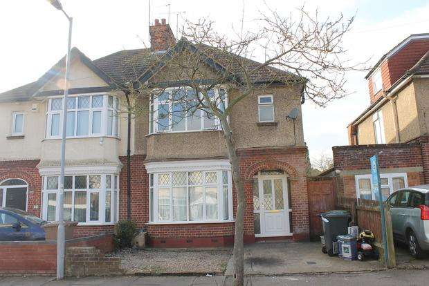3 Bedrooms Semi Detached House for sale in St. Michaels Crescent, Luton, LU3