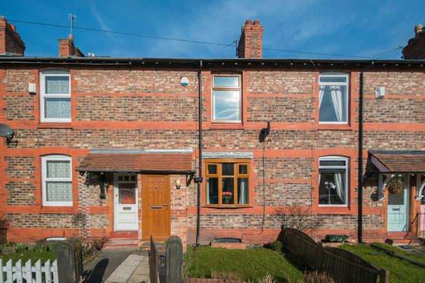 2 Bedrooms Terraced House for sale in Moss Lane, Hale