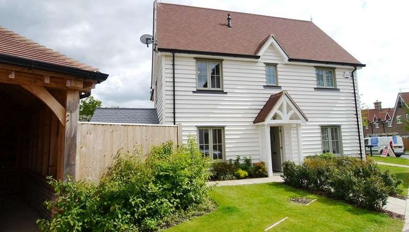 3 Bedrooms Semi Detached House for rent in Sycamore Rise, The Ashmiles, Barns Green, RH13