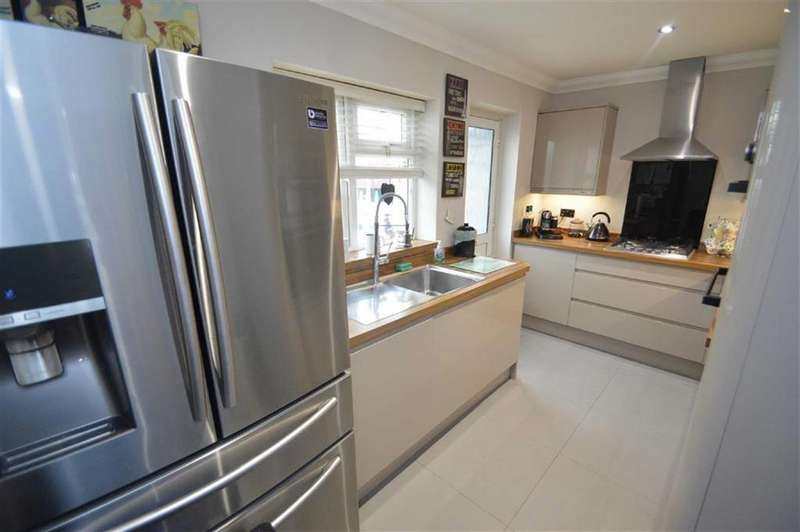 3 Bedrooms Semi Detached Bungalow for sale in Central Avenue, Ashingdon, Essex
