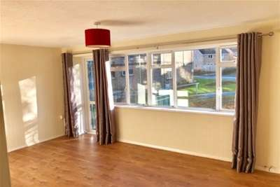 2 Bedrooms Flat for rent in Somerset Avenue, Dursley