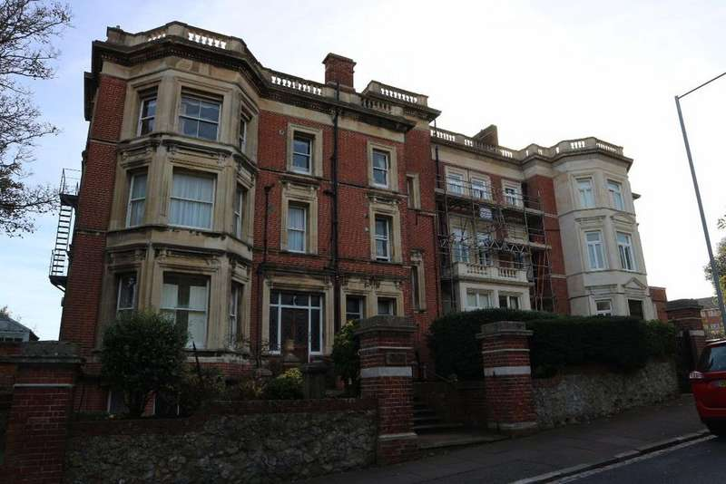 2 Bedrooms Flat for sale in De Walden Court, Meads Road