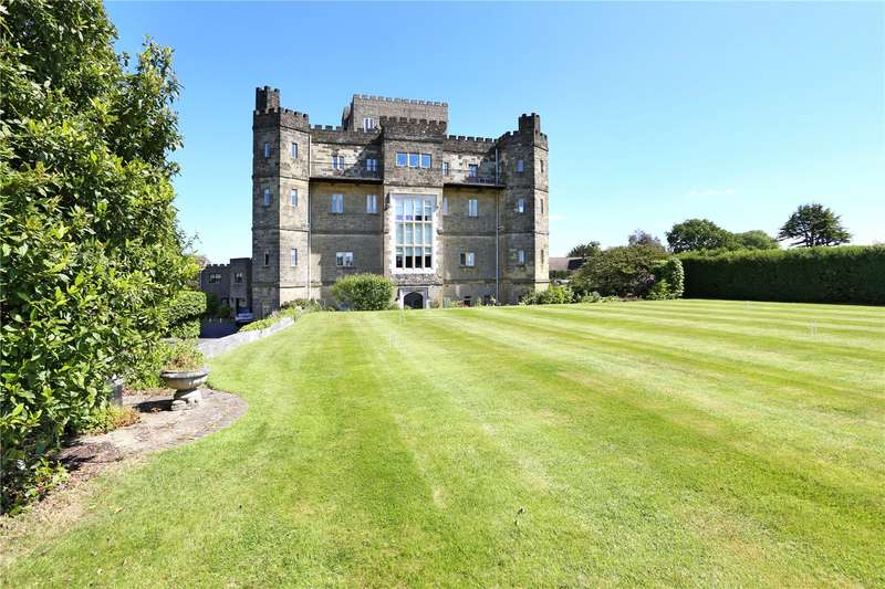 3 Bedrooms Flat for sale in Beedings Castle, Nutbourne Lane, Pulborough, West Sussex, RH20