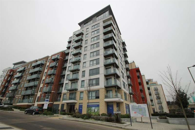 3 Bedrooms Flat for sale in East Drive, London