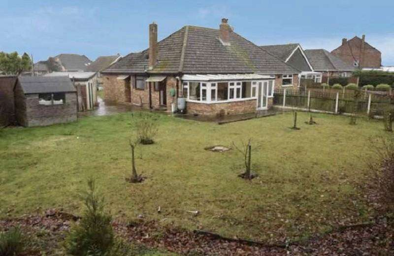 2 Bedrooms Semi Detached Bungalow for sale in Elm Grove, Kirby Cross, Frinton-on-sea, Essex. CO13