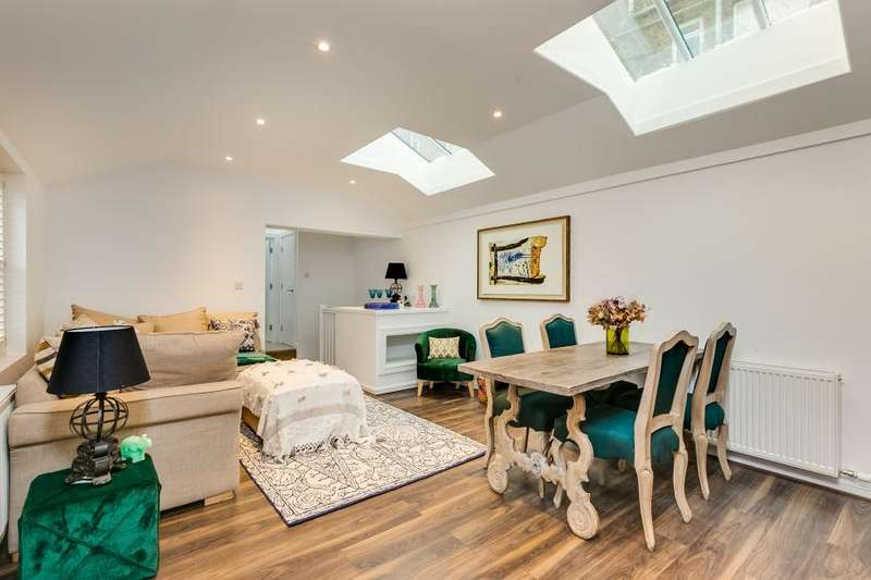 3 Bedrooms Mews House for sale in Foxton Mews, Richmond Hill