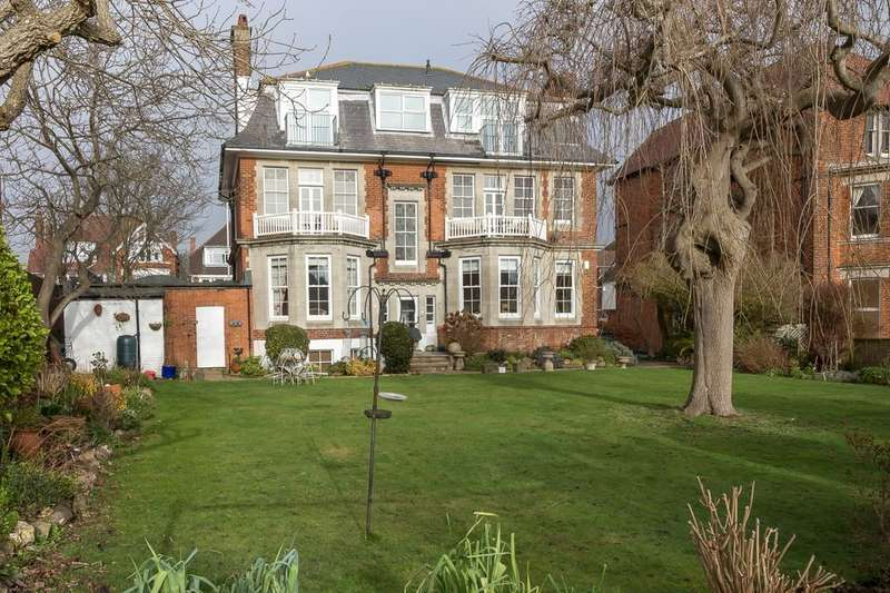3 Bedrooms Flat for sale in Haighton Court, Folkestone, CT20