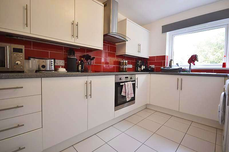 2 Bedrooms Flat for rent in Crabtree House, Archery Road, St Leonards On Sea, TN38