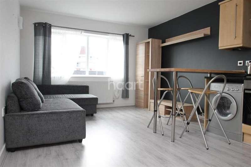 2 Bedrooms Flat for rent in Weedon Road
