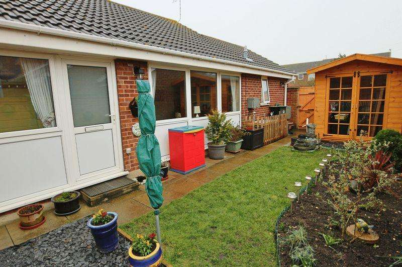 3 Bedrooms Semi Detached Bungalow for sale in Kipling Close, Lowestoft