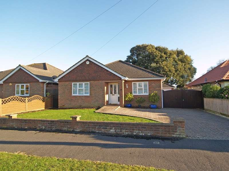 3 Bedrooms Detached Bungalow for sale in Greenacre, Barton On Sea, New Milton