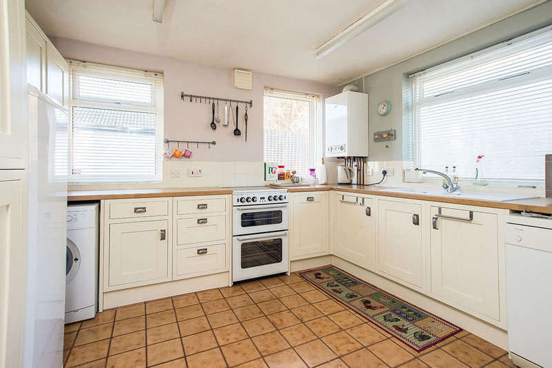 2 Bedrooms Detached Bungalow for sale in Benhilton Gardens, Sutton, SM1