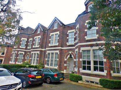 3 Bedrooms Flat for sale in Beresford Road, Oxton, CH43