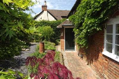 3 Bedrooms Cottage House for rent in Hound Green RG27