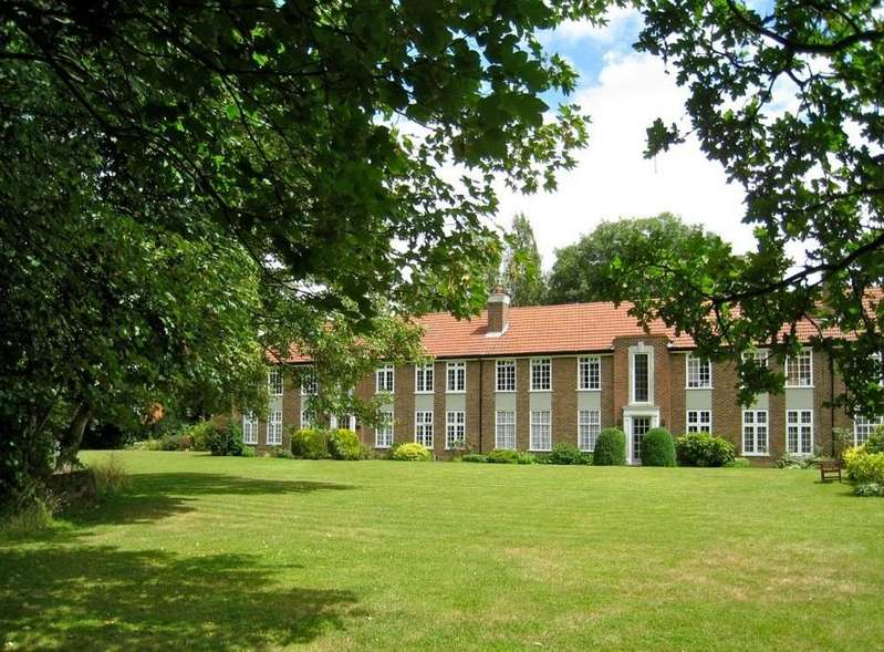2 Bedrooms Ground Flat for sale in Rythe Court Portsmouth Road, Thames Ditton, KT7