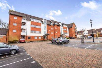 2 Bedrooms Flat for sale in Griffin Close, Northfield, Birmingham, West Midlands