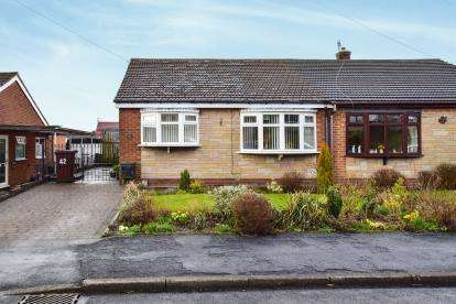 2 Bedrooms Bungalow for sale in Arundel Close, Carrbrook, Stalybridge, Cheshire