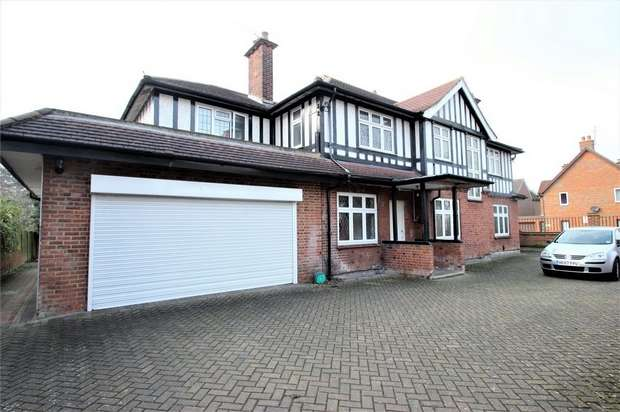 Detached House for sale in Park Avenue, Watford, Hertfordshire