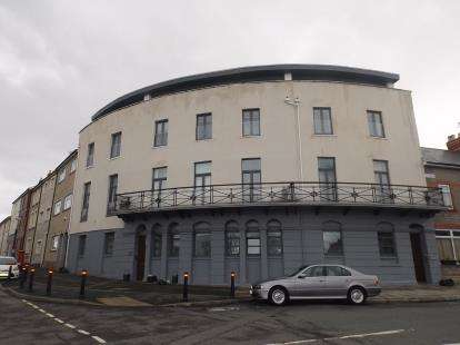 2 Bedrooms Flat for sale in The Royal, Queens Road, Penarth, Vale of Glamorgan