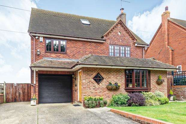 4 Bedrooms Detached House for sale in Bowyers Lane, Moss End, Bracknell