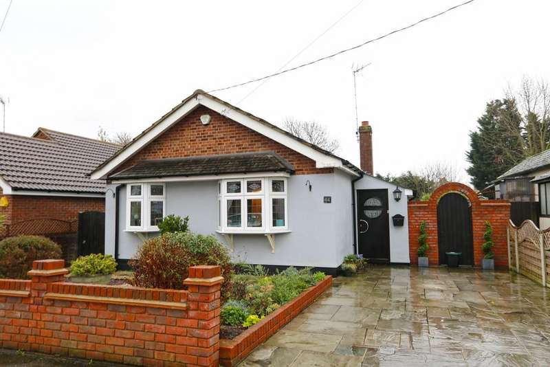 2 Bedrooms Detached Bungalow for sale in Meadow Road, Hadleigh SS7