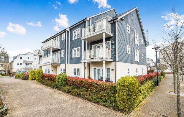2 Bedrooms Flat for sale in 23 Westmount Close, Worcester Park, Surrey