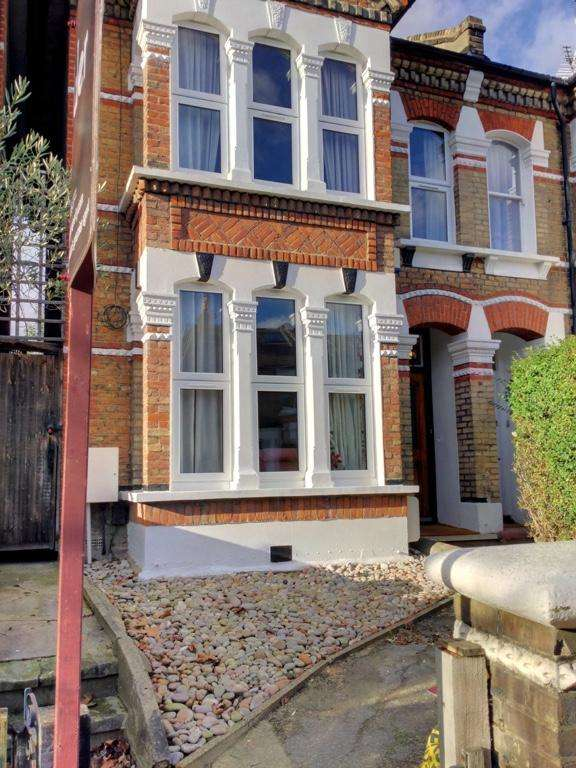 5 Bedrooms Semi Detached House for rent in Friern Road, London SE22