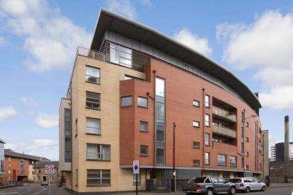 2 Bedrooms Flat for sale in Benalder Street, Partick, Glasgow