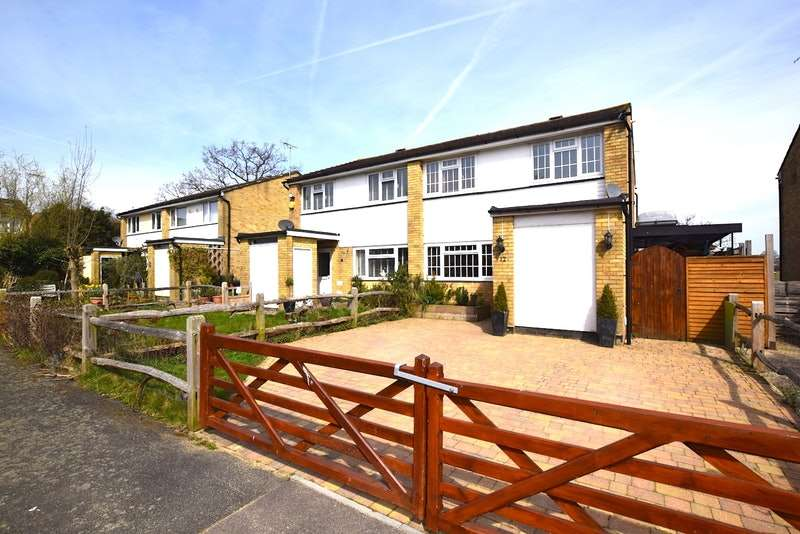 3 Bedrooms Semi Detached House for sale in Sewill Close, Horley, Surrey, RH6