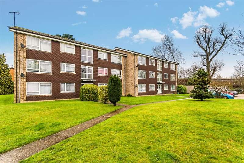 2 Bedrooms Flat for sale in Longyard House, Skipton Way, Horley, Surrey, RH6