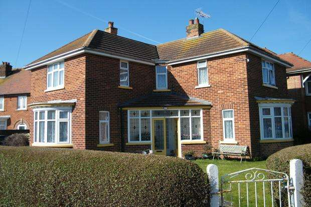 3 Bedrooms Detached House for sale in Lawn Avenue, Skegness, PE25