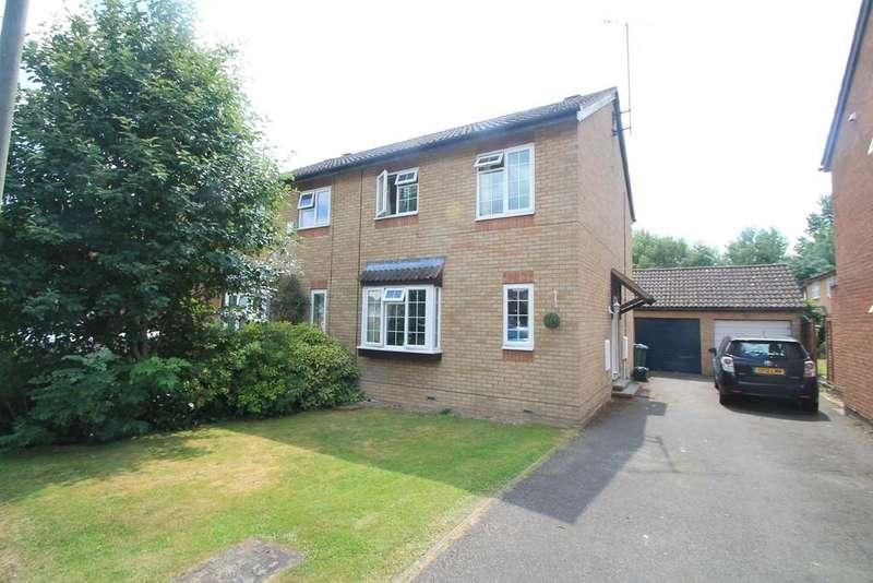 3 Bedrooms Semi Detached House for sale in Deverill Road, Hawkslade, Aylesbury