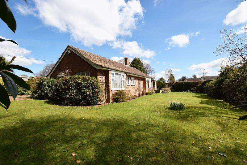 3 Bedrooms Bungalow for sale in St Raphaels, Buxted, TN22